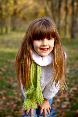 Gelukkig brunette meisje in de herfst bos Stockfoto