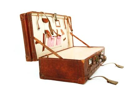 Open oude bruine koffer geà ¯ soleerd op een witte achtergrond