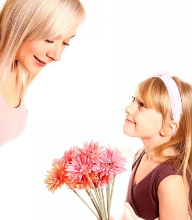 Dochter die haar moeder bloemen geïsoleerd op witte achtergrond Stockfoto