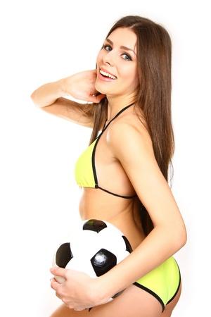 arquero de futbol: Muchacha feliz posando con un balón de fútbol sobre fondo blanco