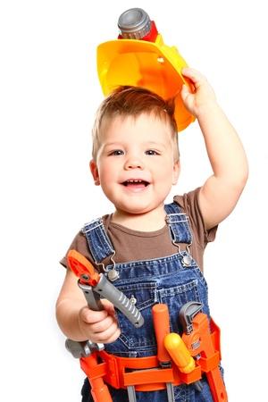 Gelukkig weinig jongen in een oranje helm en tools op een witte achtergrond