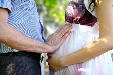Happy zwangere paar in de zomer park