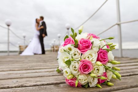 Bruid en bruidegom samen op brug Stockfoto