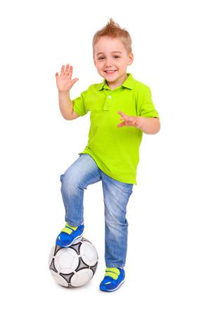 Happy kleine jongen met een voet bal geïsoleerd Stockfoto