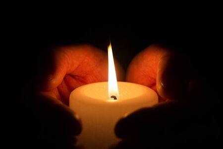 Modlitwa - ręka ze świecą