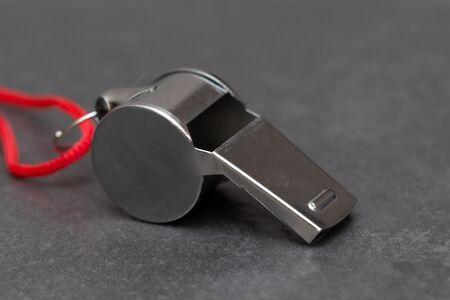 Silbato de metal en pizarra, foto en primer plano