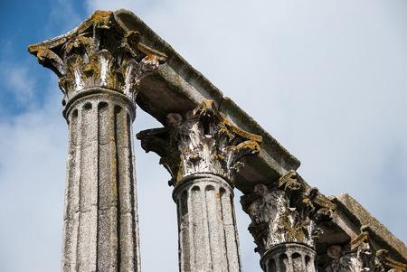 columnas romanas: Viejos antiguas columnas romanas contra el cielo azul. Foto de archivo