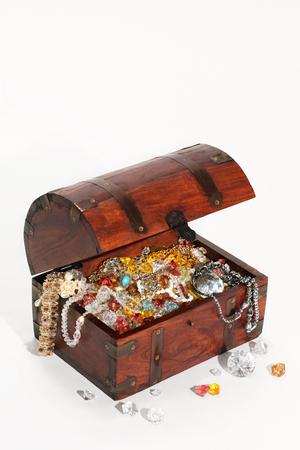 piedras preciosas: cofre del tesoro lleno wiht piedras preciosas y joyas, aislado, fondo blanco Foto de archivo