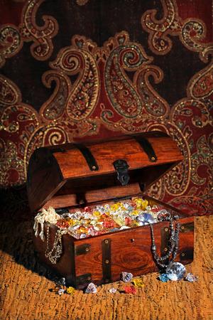 pietre preziose: Treasure chest riempito traino con pietre preziose e gioielli