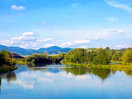 reflexion: Lago con la reflexión, el bosque y el cielo Foto de archivo