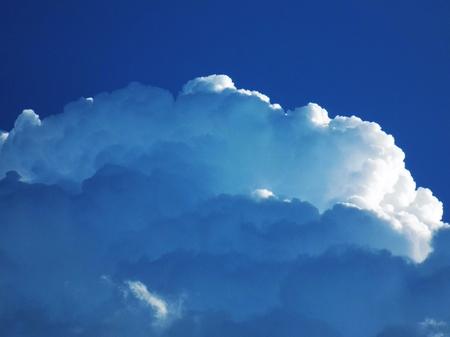 precipitacion: Cumulonimbus nubes convectivas que indica la formación de tormentas a través de sistema de baja presión en la atmósfera inestable durante el verano