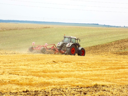 arando: Arado del campo despu�s de la cosecha Foto de archivo
