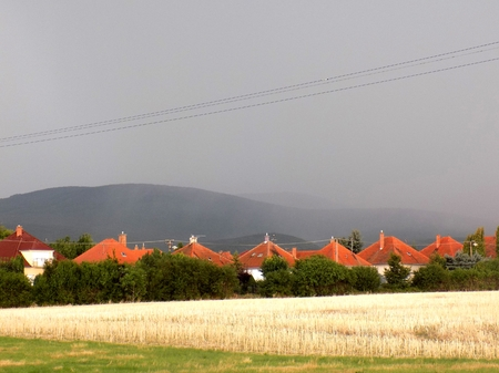 precipitación: Cortina de precipitación durante la tormenta de verano en las colinas cerca de la aldea