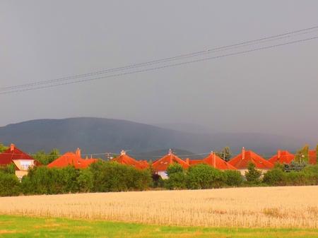 precipitacion: Cortina de precipitación durante la tormenta de verano en las colinas cerca de la aldea