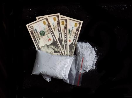 Kokain Droge Pulver Stapel und Tasche auf Dollar Geld Rechnungen
