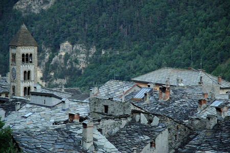 bardonecchia: Spectacular flat stones roofs in the piemontese town of Exilles. The flat stones of schist or limestome used on these roofs are exceptionnaly large. The town is located in the province of Turin between Bardonecchia and Susa in the Susa Valley Stock Photo