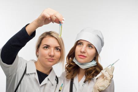 Gli operatori sanitari controllano il biomateriale preso per la reazione allergica Archivio Fotografico - 85447537
