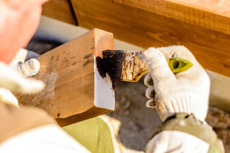 Master covers the end of the board with a special solution to protect the wood from the environment
