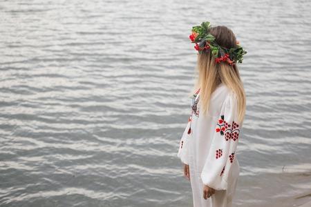sotana: feliz mujer joven que llevaba cierra tradisional y corona. Foto de archivo