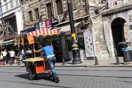 carretilla de mano: vendedor ambulante mueve su carro en Estambul, Turquía