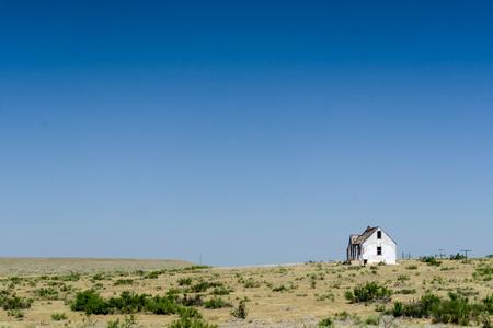 テキサスの突出地域のオープン平野の古い放棄された家