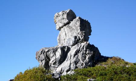 hombre sentado: una formación de roca natural en la forma de un hombre sentado en la cima de un pico en los Alpes suizos