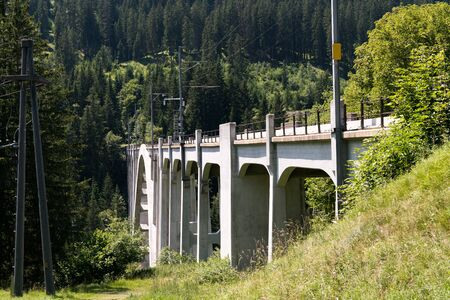 panorama view of the Langwies Viaduct in the mountains of Switzerland near Arosa Stockfoto
