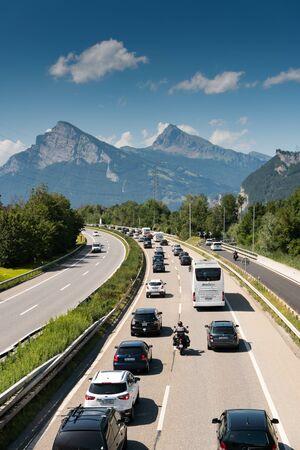 Maienfeld, GR/Schweiz - 4. August 2019: Stau auf einer Autobahn in den Bergen mit vielen Autos und Heimkehrern aus den Sommerferien