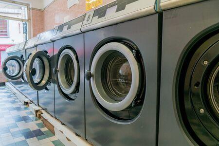 Una vista del interior de una lavandería en una ciudad francesa urbana Foto de archivo