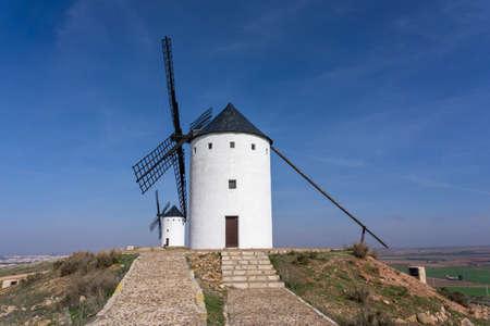 View of the historic the windmills of La Mancha in the hills above San Juan de Alcazar Foto de archivo