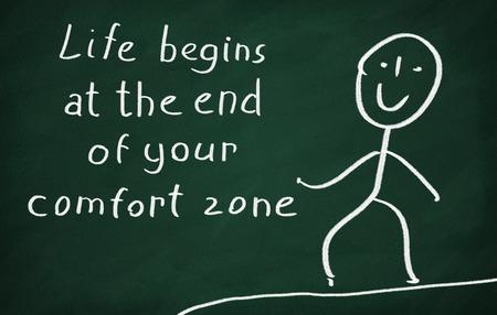 Op het bord tekenen karakter en schrijven Het leven begint aan het eind van je comfort zone