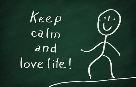 love of life: Sulla lavagna disegnare carattere e scrivere Mantieni la calma e l'amore la vita! Archivio Fotografico