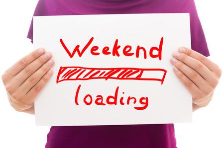 positiveness: Muchacha que sostiene la hoja de papel blanco con el texto de fin de semana de carga
