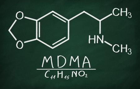 in ecstasy: Modelo estructural de MDMA (éxtasis) en la pizarra.