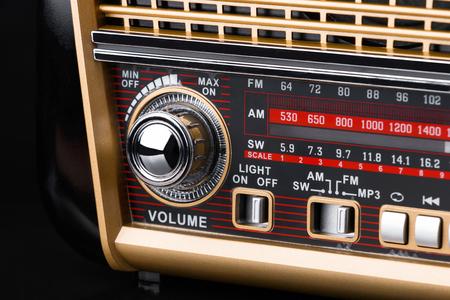 fragment van radio-ontvanger in retro-stijl met radio dial en zilveren knoppen