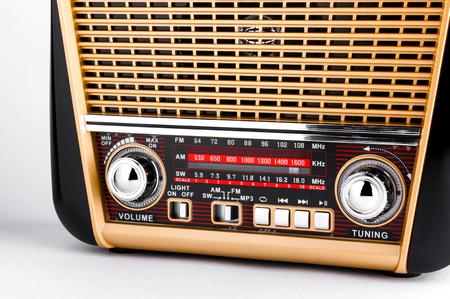 transistor: receptor de radio en estilo retro con reproductor de audio sobre fondo blanco Foto de archivo