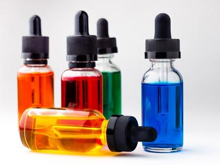transparante glazen flessen gevuld gekleurde vloeistof met druppelaar