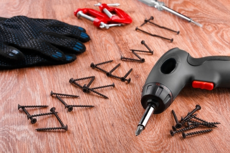 Inscripton Screw It by screws on wooden background with screwdrivers and cloth gloves 版權商用圖片