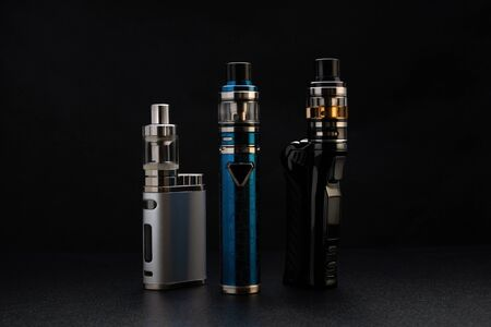 Electronic cigarettes or vaping devices on black Foto de archivo - 142117750