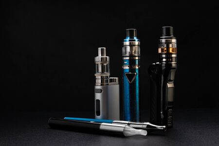 Electronic cigarettes or vaping devices on black Foto de archivo - 142117696