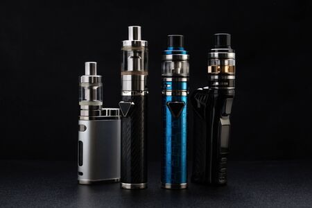 Electronic cigarettes or vaping devices on black Foto de archivo - 142117697