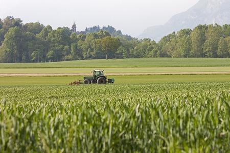arando: Un tractor arando un campo Foto de archivo