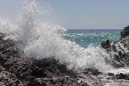 granola: Una gran ola rompe contra las rocas, Creta.