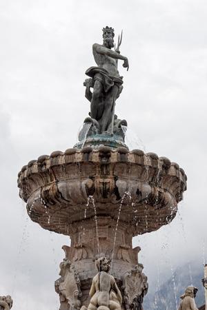neptuno: La fuente de Neptuno en la Piazza Duomo en Trento Foto de archivo