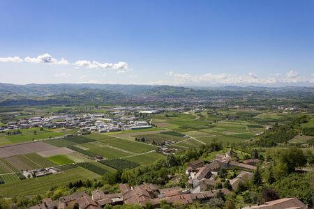 The splendid vineyards of Langhe and Monferrato, in the Italian region of Piedmont,  which includes some of the most characteristic towns of Langhe, Roero and Monferrato. 版權商用圖片