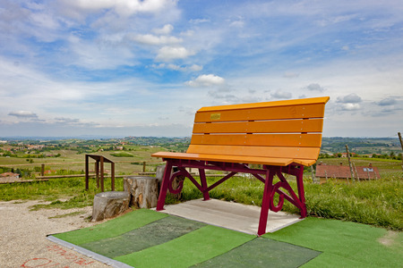 One of the colorful Giant Benches, placed between the vineyards and the countryside of the Langhe. Italy 新聞圖片
