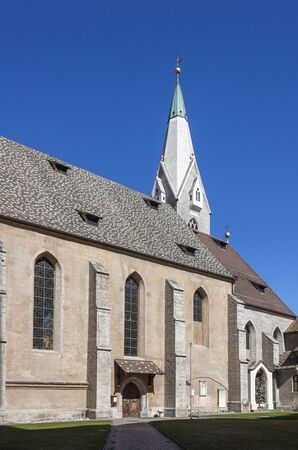 View from the old cemetery to St. Michael parish church in Brixen, South Tyrol 版權商用圖片