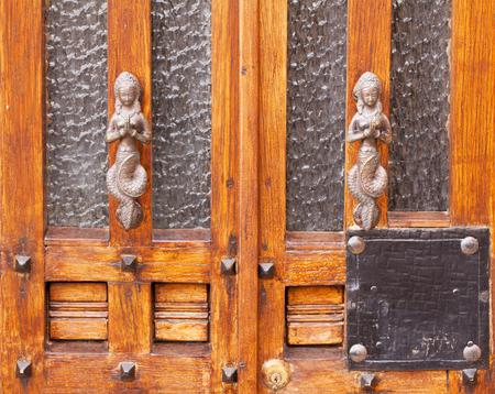 puertas de hierro: puerta de la cosecha de plata maneja en forma de una sirena - fondo.