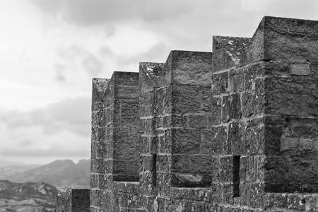 castillo medieval: El viejo fragmento bien conservada de la almenas del castillo de primer plano.
