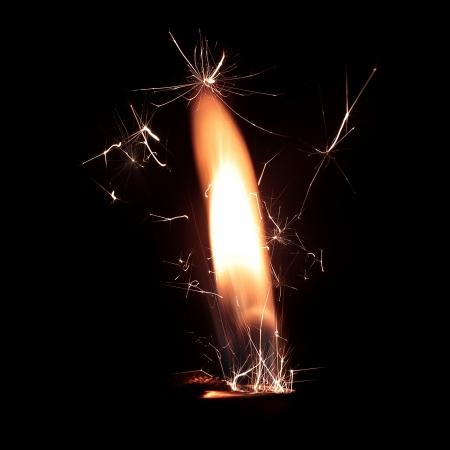 encendedores: Cierre de la foto de fuego más ligero con chispas sobre fondo negro